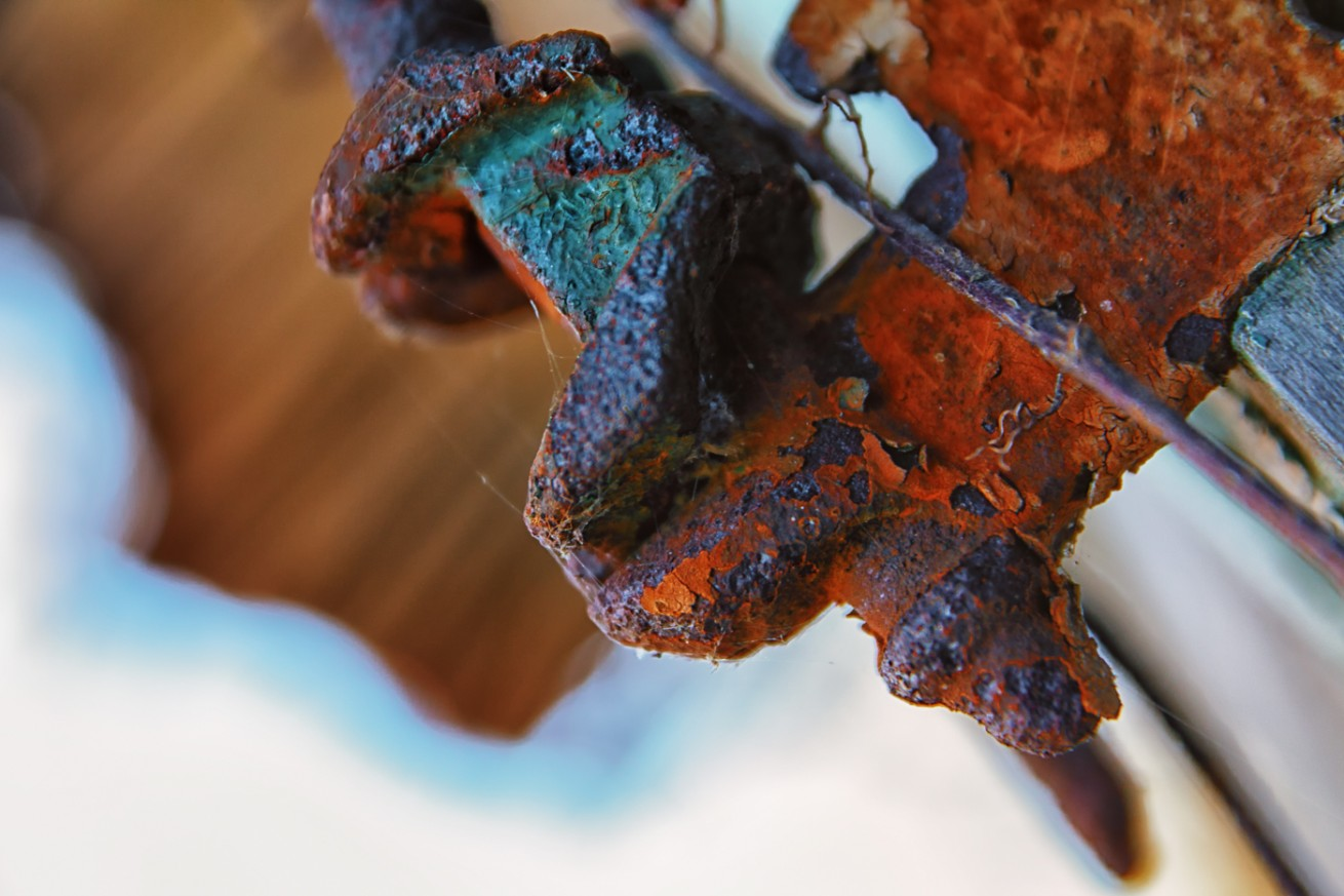 Rusty Hinge (Color)